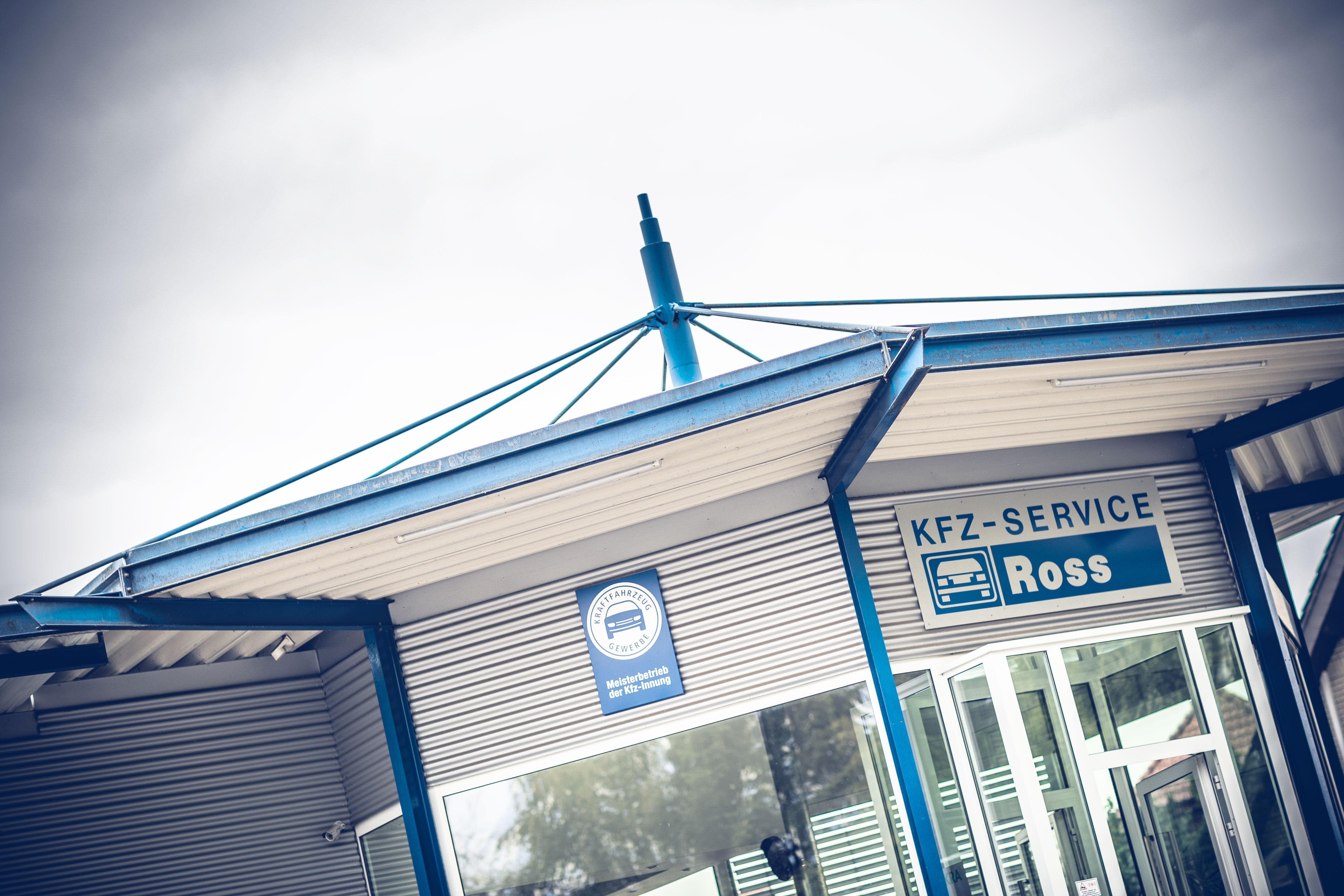 Dynamische Aussenaufnahme des futuristischen Eingangsbereich der Autowerkstatt KFZ Service Ross