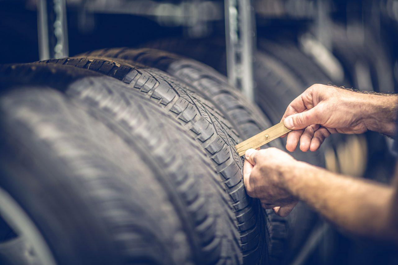 Überprüfung des Reifenprofil im Lager der KFZ Werkstatt Ross